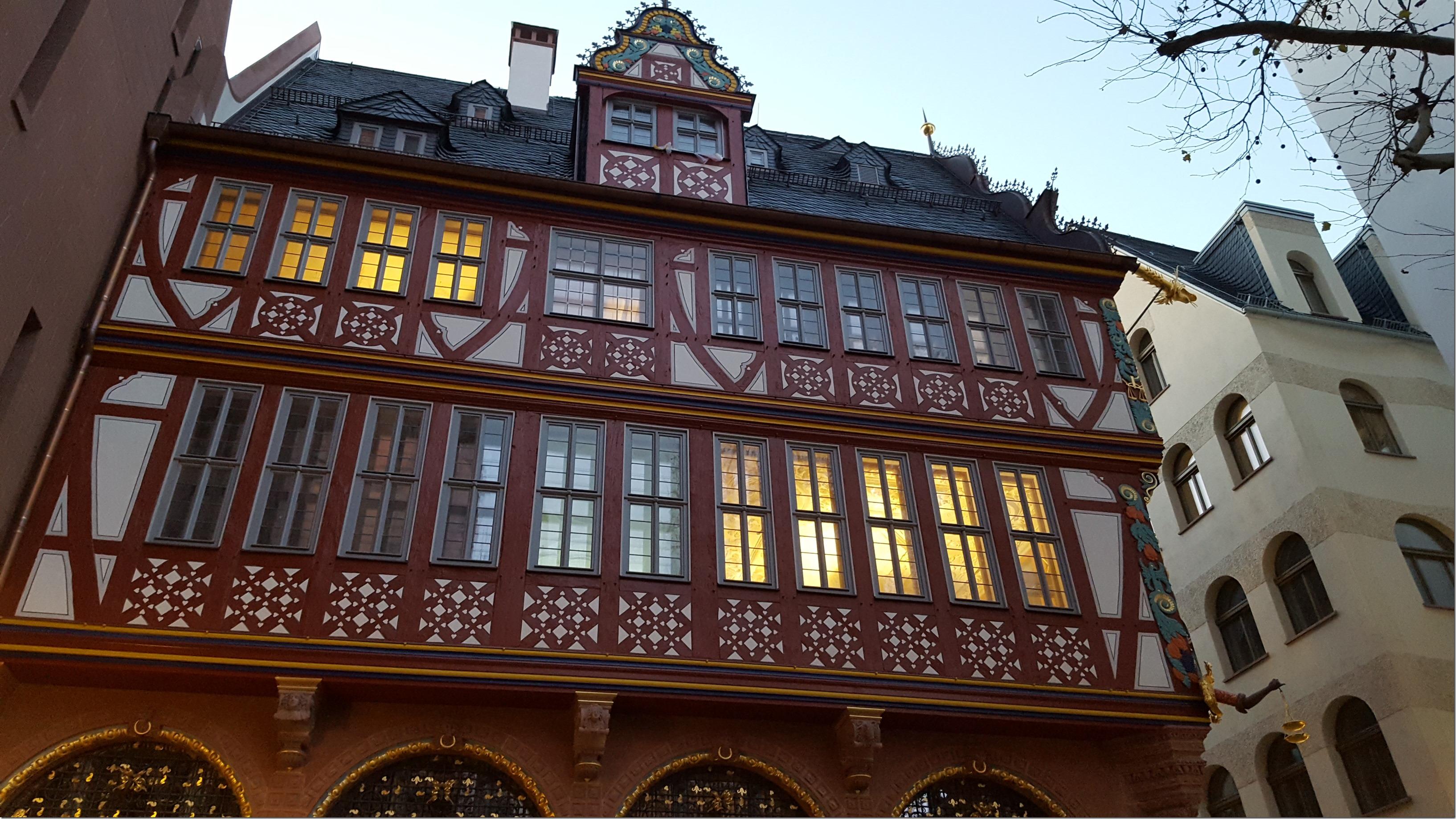 """Blick auf das Obergeschoss der """"Goldenen Waage"""""""
