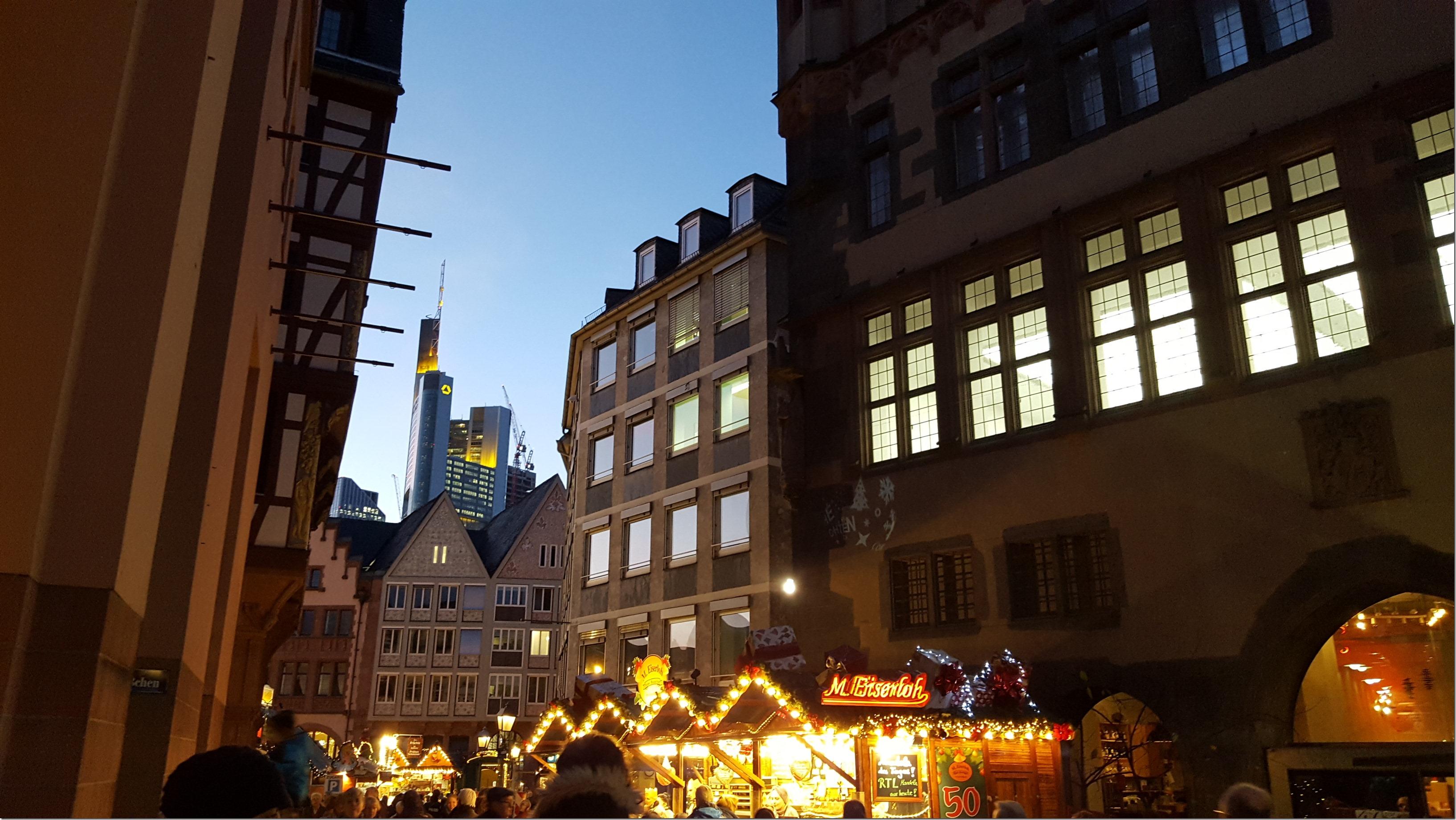 Alte Häuser, Weihnachtsmarkt und im Hintergrund Hochhäuser